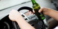 transportation and vehicle concept - man drinking alcohol while driving the car - Вечер Елабуги